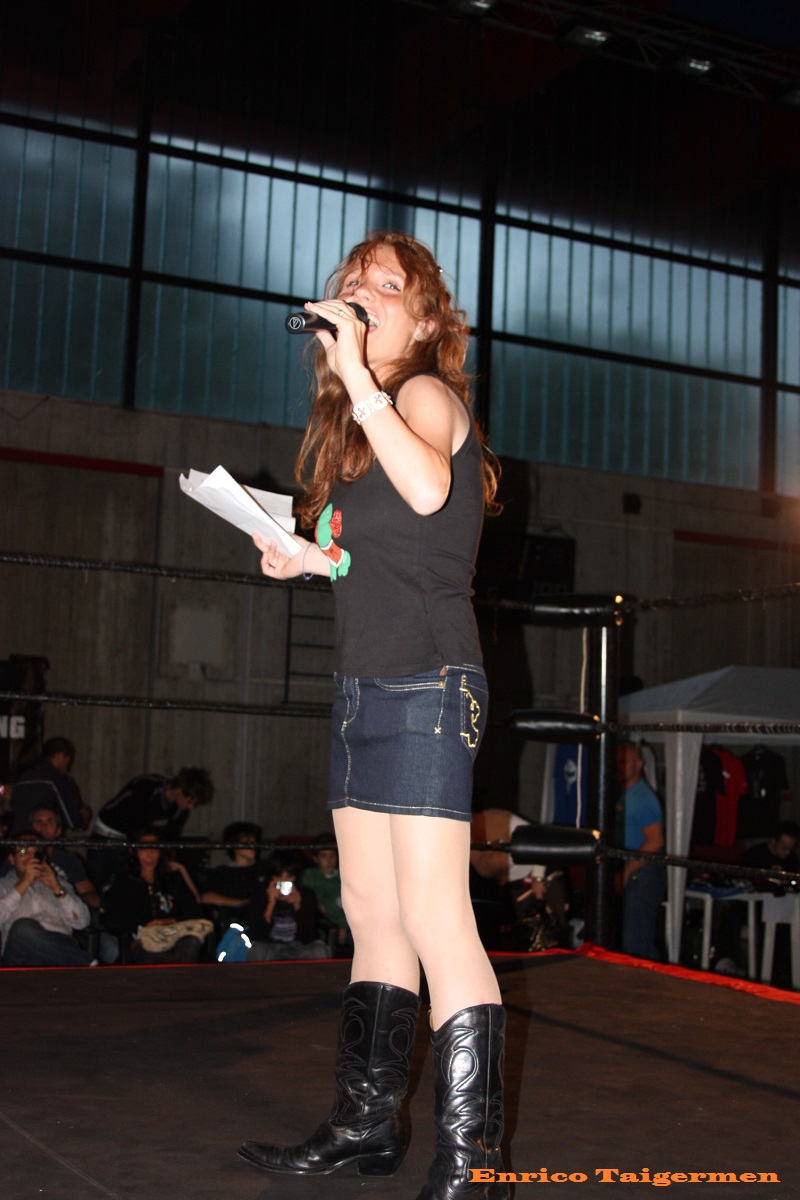 "(Persefone come Ring Announcer in ICW - Foto © Enrico Bertelli ""Taigermen"" 2009)"