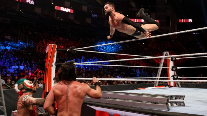WWE: C'è la fila per il WWE Title, i nuovi arrivati da SD si sono sfidati in un ladder match