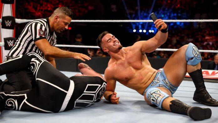 WWE: Dopo il veterano è toccato anche ad un coetaneo fare un selfie con Austin Theory